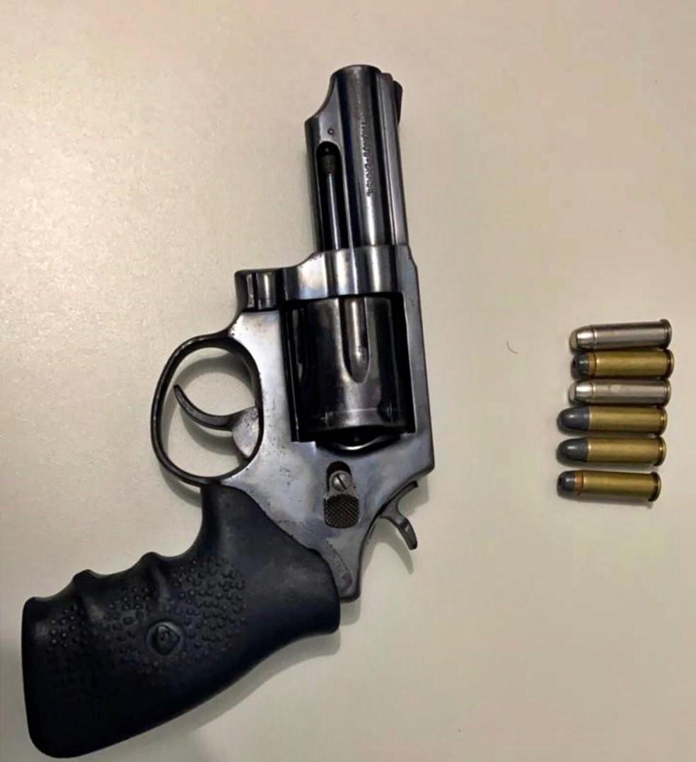 Homem é preso após pedir emprego na delegacia armado com revolver no nordeste da Bahia — Foto: Blog Bahia 10