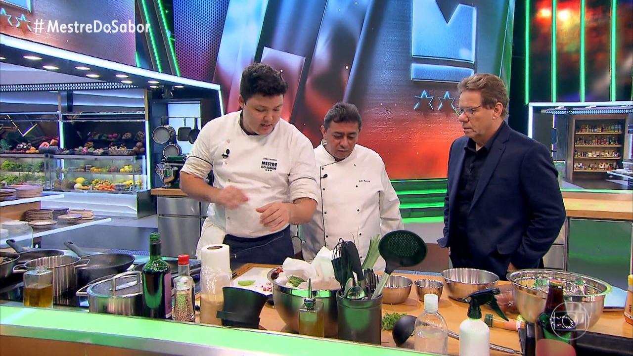 Chefs preparam os pratos na semifinal do programa