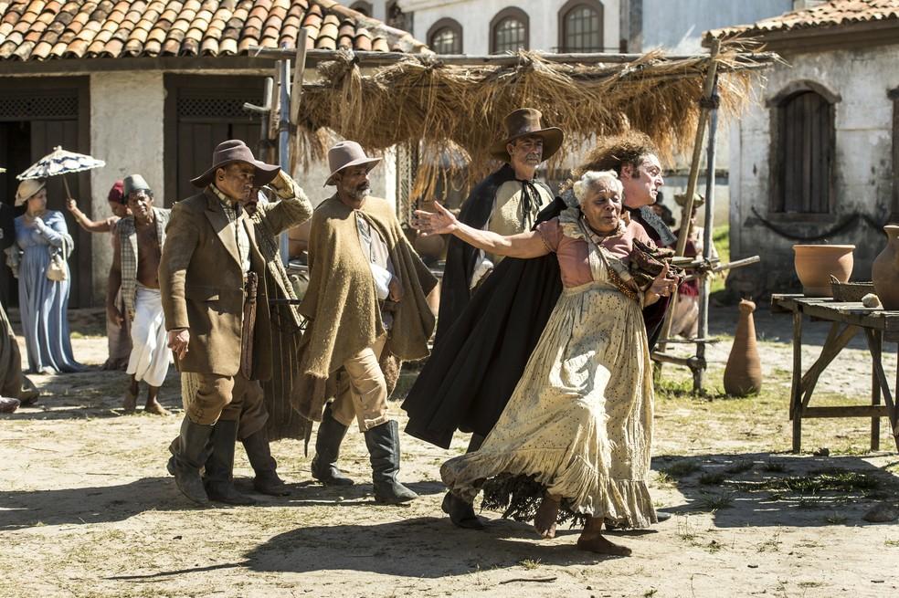 Idalina (Dhu Moraes) é castigada por Sebastião (Roberto Cordovani) por ter permitido o casamento de Cecília (Isabella Dragão) com Libério (Felipe Silcler), em 'Novo Mundo' — Foto: TV Globo/Estevam Avellar