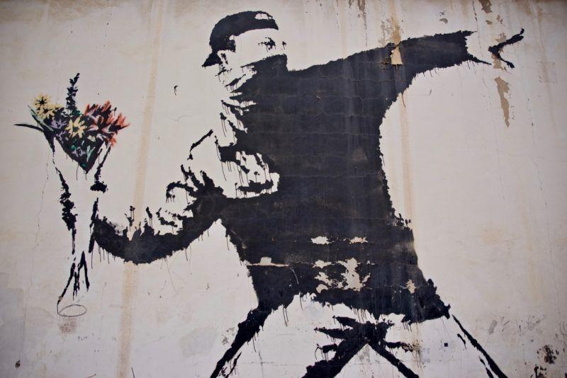 Rage, The Flower Thrower, obra icônica do artista Banksy (Foto: reprodução)