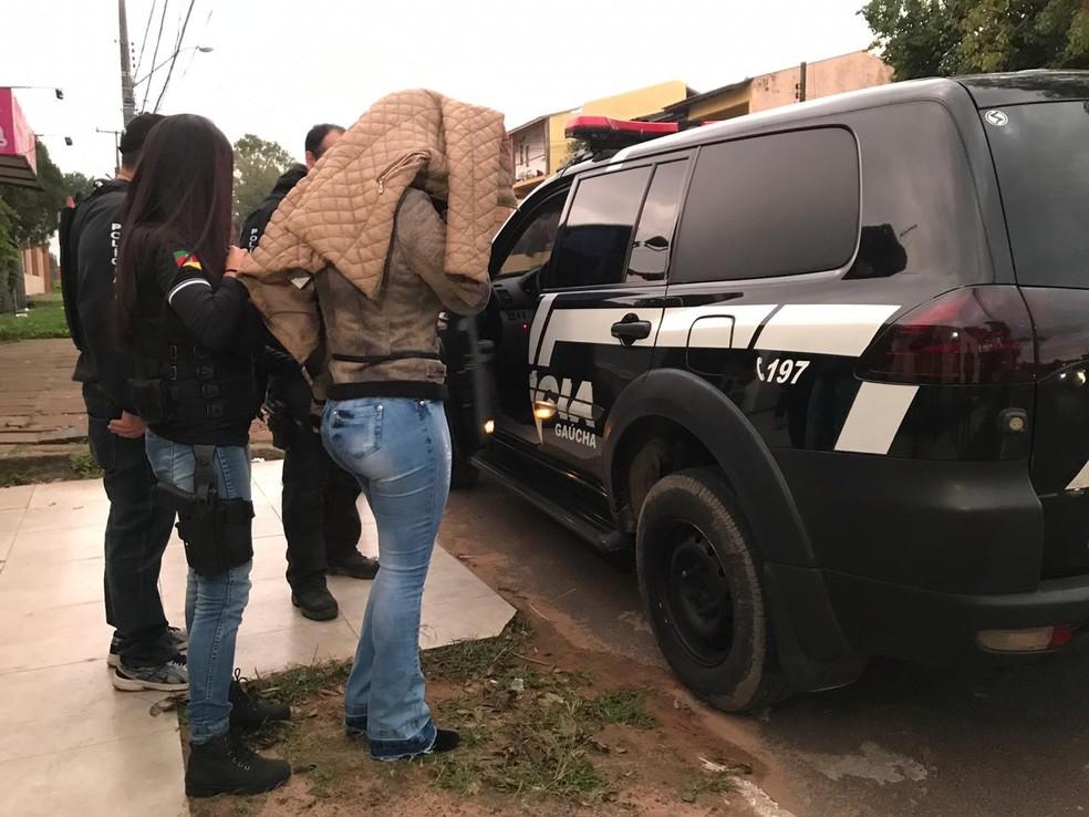 Estão sendo cumpridas 87 ordens judiciais — Foto: Bernardo Bortolotto/RBS TV