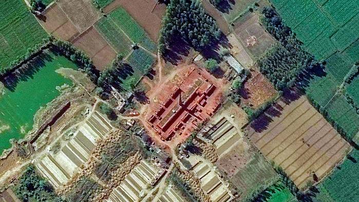 Pesquisadoras analisam imagens de satélite  (Foto: DIGITALGLOBE, A MAXAR COMPANY)