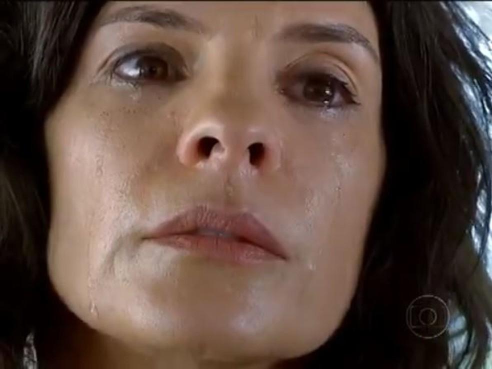 Chiara perdoa rival e morre antes de chegar ao hospital em 'Fina Estampa' — Foto: Globo