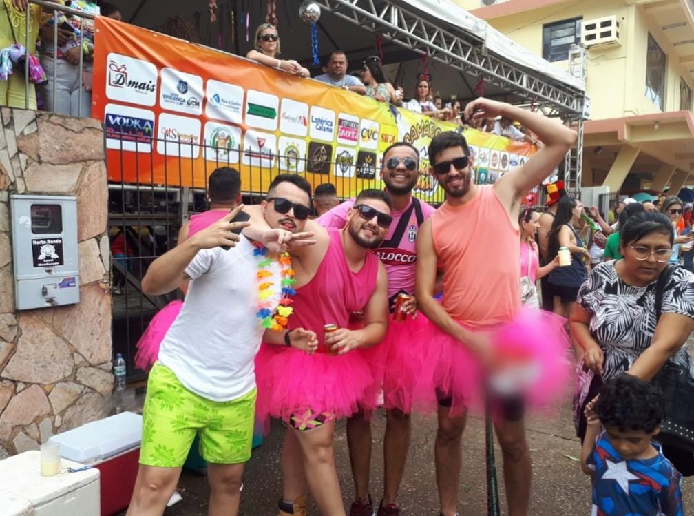 """Meninos """"vestem rosa"""" para pular carnaval durante desfile do BQVV em Porto Velho.  — Foto: Ana Kézia Gomes/G1"""