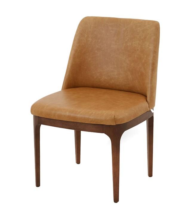 Cadeira La Belle, sem braço, de madeira maciça cor nogueira e couro natural, 55 x 60 x 83 cm. Breton, de R$ 4.654 por R$ 2.330  (Foto: Divulgação)