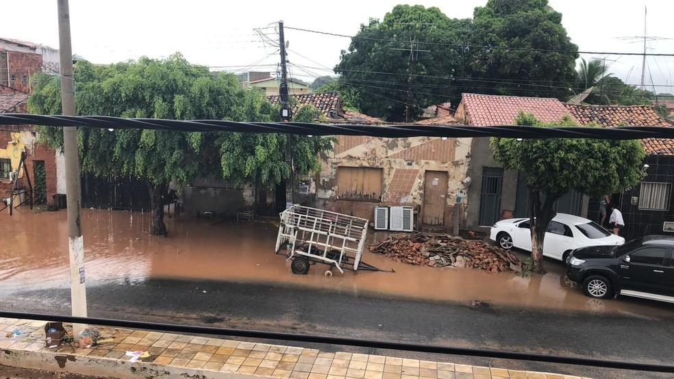 Ruas da cidade de Missão Velha ficaram alagadas por fortes chuvas neste domingo (14) — Foto: Wandenberg Belém