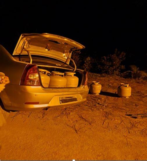 Ladrões abandonam 23 botijões de gás furtados em SC após carro colidir contra barranco em fuga