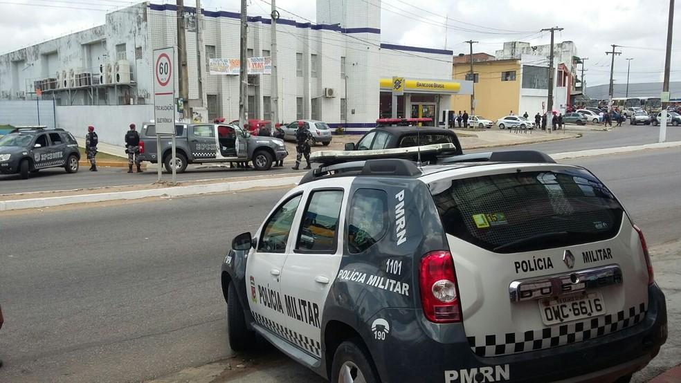 Polícia Militar encontrou gerente amarrado a explosivos dentro da agência do BB em Natal (Foto: Sérgio Henrique/ Inter TV Cabugi)