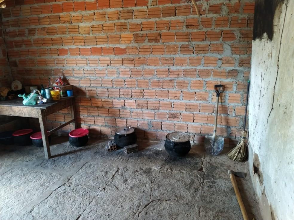 Ministério Público do Trabalho resgata 15 trabalhadores em local sem banheiro e com risco de desabamento — Foto: Ministério Público do Trabalho