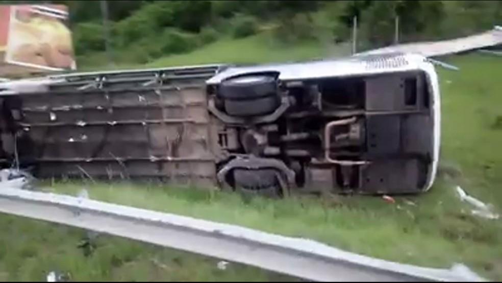 O coletivo que era fretado e fazia o trajeto São Paulo - Cabo Frio  (Foto: Reprodução / Tv Globo)