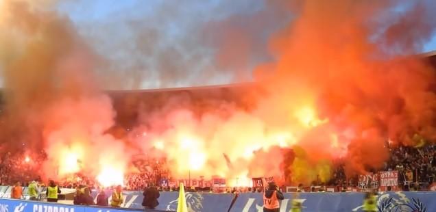 Essa é a torcida da Estrela Vermelha durante uma partida do time contra o Partizan. Muita fumaça, muita cantoria e muita paixão ao time. (Foto: Reprodução/ YouTube)