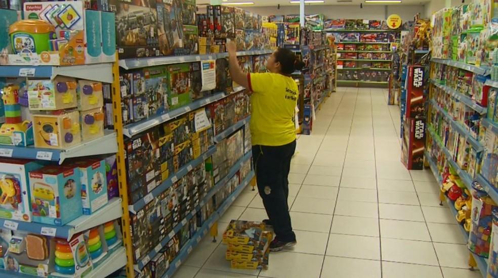 Lojas de shopping de Rio Claro irá contratar 230 funcionários temporários para o Natal. (Foto: Reprodução/EPTV)