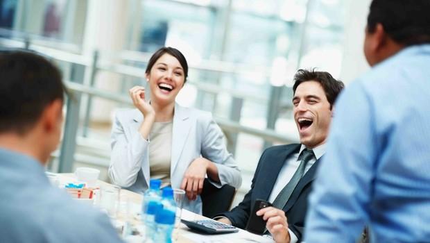 Bom humor ajuda a fechar negócios ; carreira ; risada ; bom ambiente de trabalho ; ambiente descontraído ; reunião de negócios ;  (Foto: Thinkstock)