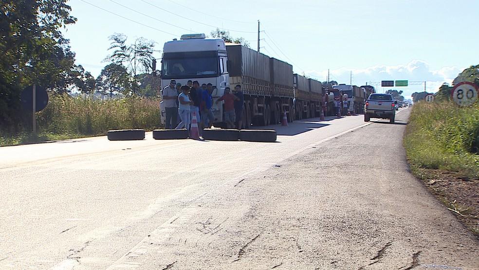 Protesto dos caminhoneiros em Candeias do Jamari, RO (Foto: Reprodução/ Rede Amazônica)