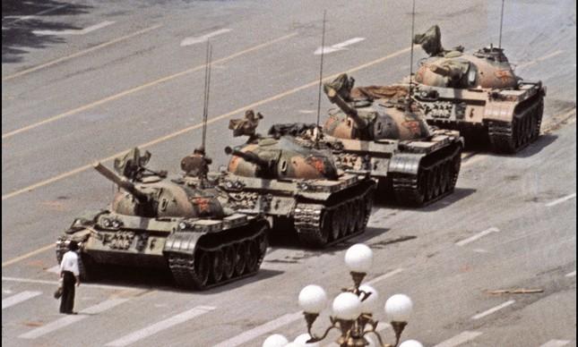 """""""O rebelde desconhecido"""": a foto, durante o Massacre da Praça da Paz Celestial, na China, em 1989, repercutiu no mundo"""
