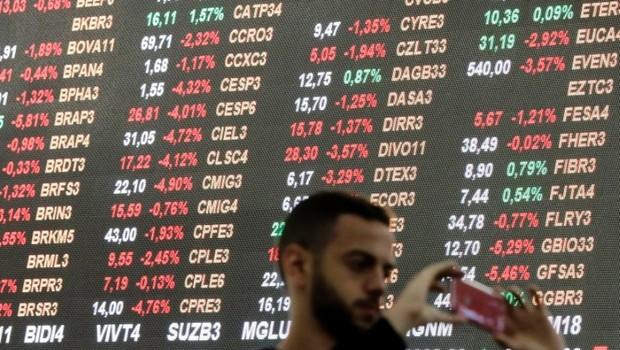 Visitante tira foto na sede da B3, bovespa, bolsa de valores, ações (Foto: Paulo Whitaker/Reuters)