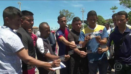 Quarto dia de bloqueio da fronteira entre Brasil e Venezuela tem clima calmo e deserções