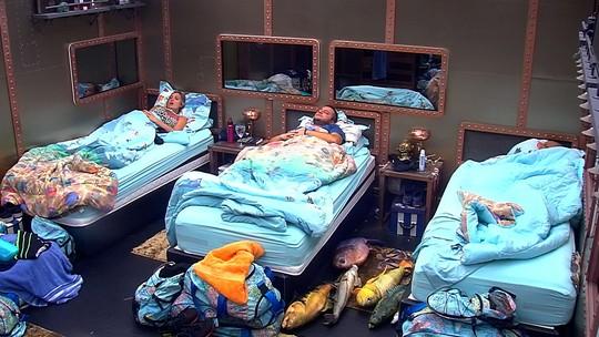 Kaysar dorme no Quarto Submarino, enquanto Diego e Jéssica ficam deitados