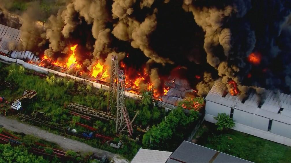 Incêndio em Caxias — Foto: Reprodução/TV Globo