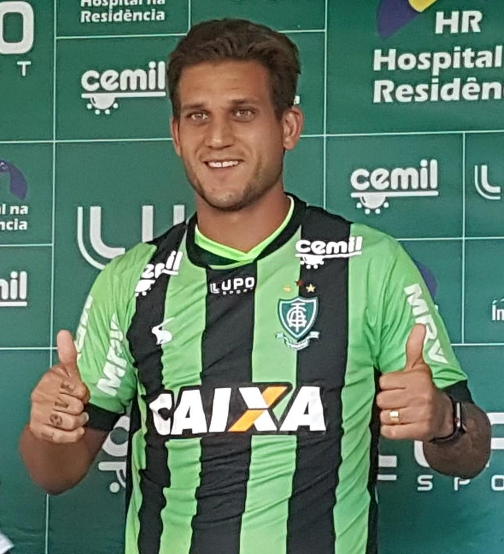 Atacante Rafael Moura foi apresentado pelo América-MG na tarde desta terça-feira (Foto: Guilherme Macedo)