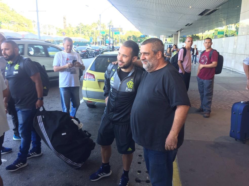 Everton Ribeiro recebe o carinho do torcedor na chegada ao Rio; jogador cumpre suspensão contra o Fortaleza — Foto: Richard Souza