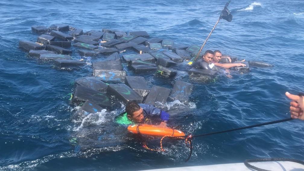 Náufragos se salvam boiando em pacotes de cocaína no Pacífico — Foto: Reprodução/BBC