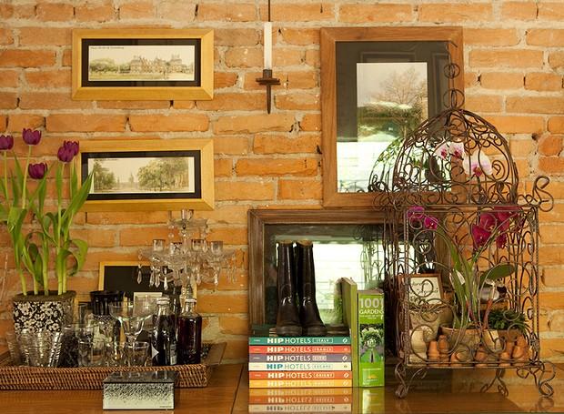 Orquídeas recheiam o interior da gaiola de ferro. A espécie eleita pela paisagista Claudia Muñoz requer poucos cuidados: rega semanal e abrigo sombreado, protegido das correntes de ar (Foto: Edu Castello)