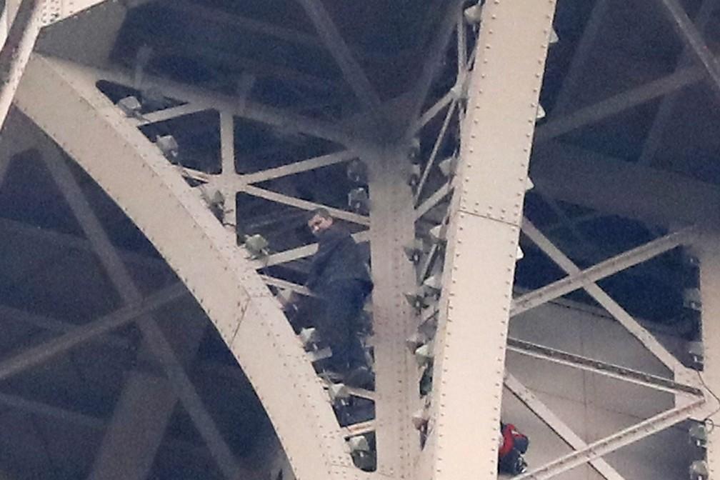 Homem escalou a Torre Eiffel nesta segunda-feira — Foto: Associated Press/Michel Euler
