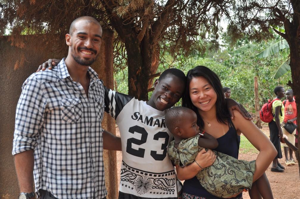 Marcelo (à esq.) e Suzy (à dir.) viajaram com Elisa para Uganda.  (Foto: Escola em Uganda)