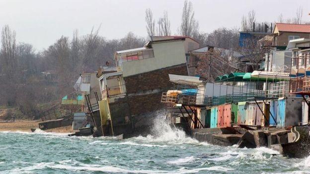 Inundações e a erosão da costa estão entre os problemas de um mundo mais quente (Foto: Getty Images via BBC)