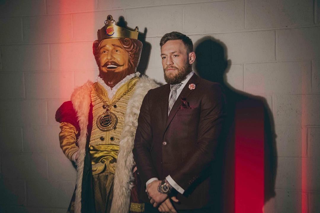 Conor McGregor com um rei para celebrar seu novo reinado (Foto: Reprodução instagram)