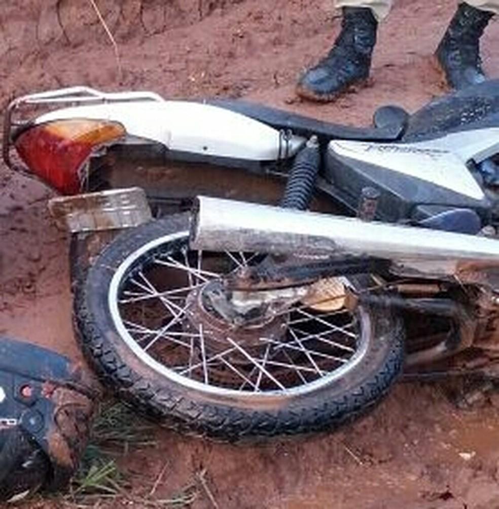 Rapaz foi capturado após cair em lamaçal (Foto: PM/Divulgação)