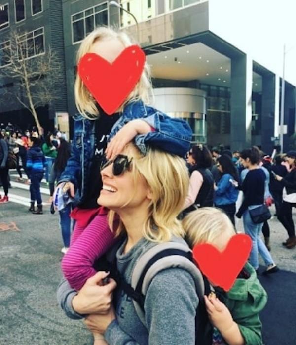 A atriz Kristen Bell com as duas filhas (Foto: Instagram)