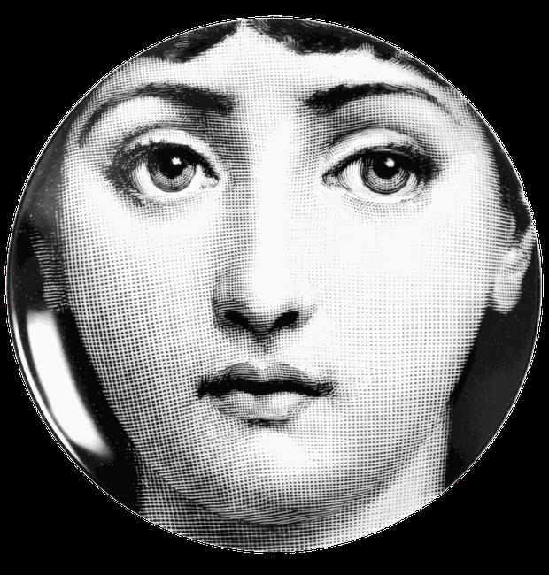 O rosto sério e sem adereços é a matriz para as outras variações que homenageiam a cantora de ópera Lina Cavalieri (Foto: Fornasetti/Reprodução)