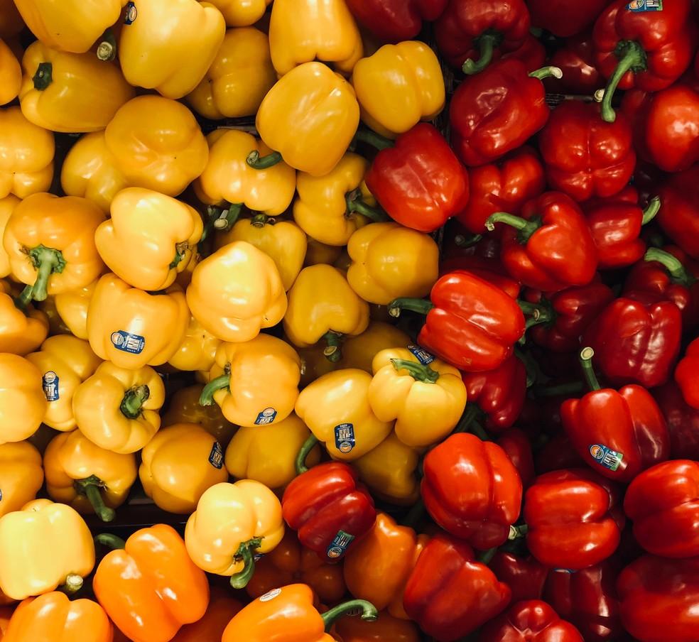 Experimente rechear o pimentão amarelo ou vermelho com ricota e cebolinha e levar ao forno! — Foto: Unsplash/Divulgação