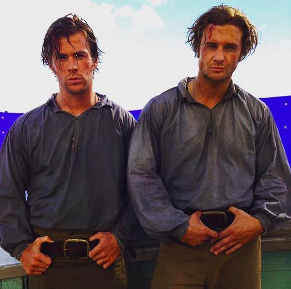 O dublê Bobby Holland Hanton com o ator Chris Hemsworth nos bastidores de No Coração do Mar (2015) (Foto: Instagram)