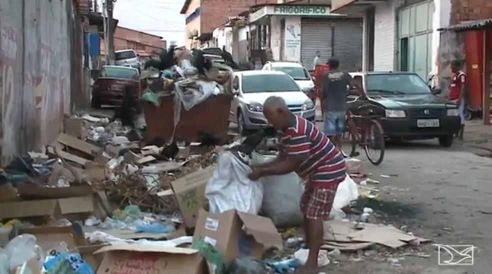 Feira do Anjo da Guarda sofre com lixo acumulado (Foto: Reprodução / TV Mirante)