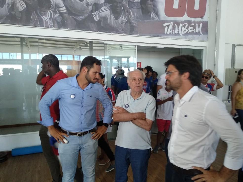 Ex-treinador conheceu as instalações ao lado da diretoria — Foto: Thiago Pereira