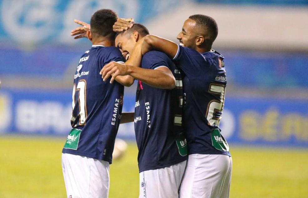 Hélio é abraçado por Wallace e Carlos Alberto na comemoração do primeiro gol do jogo — Foto: Samara Miranda/Remo