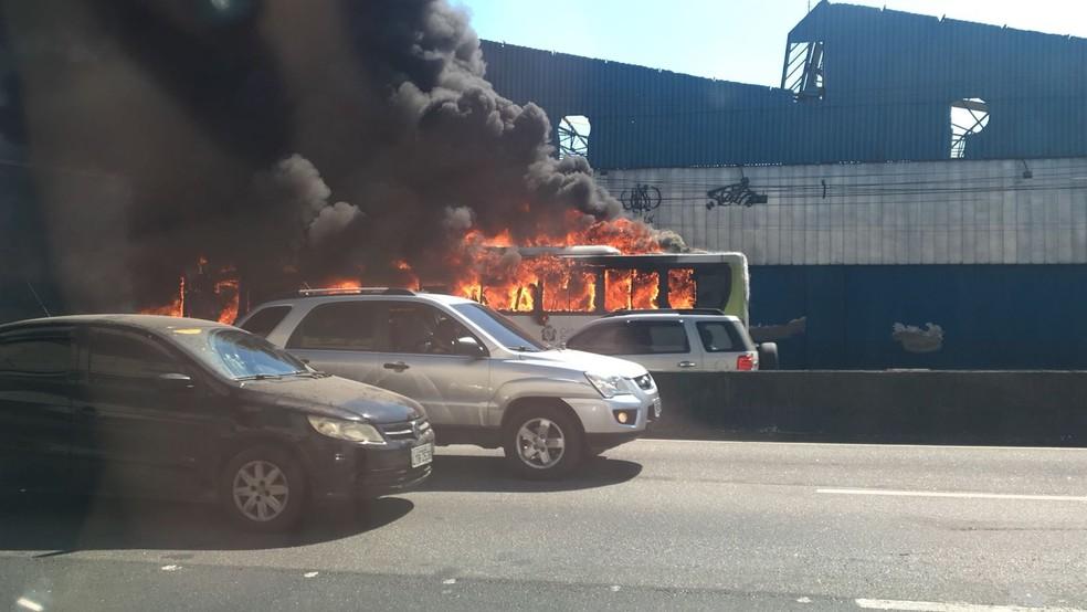 Ônibus em chamas na Linha Amarela, altura de Bonsucesso (Foto: Narayanna Borges/ GloboNews)