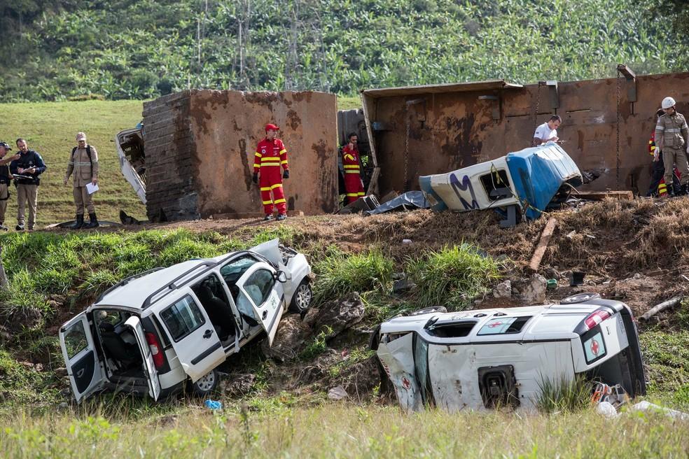 Acidente envolvendo duas ambulâncias, uma carreta e um ônibus deixa 21 mortos e vários feridos no km 343 da BR-101, em Guarapari (Foto: Jeferson Rocio/Futura Press/Estadão Conteúdo)