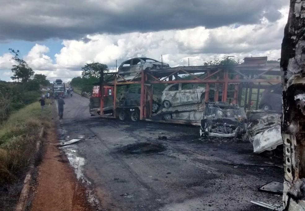 Carros são destruídos após carreta cegonheira bater e pegar fogo na MG-122 (Foto: Moisés Balbino/ Arquivo Pessoal)