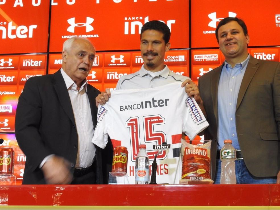 Pinotti (à dir.) participou da apresentação de Hernanes nesta terça-feira (Foto: Marcelo Prado)