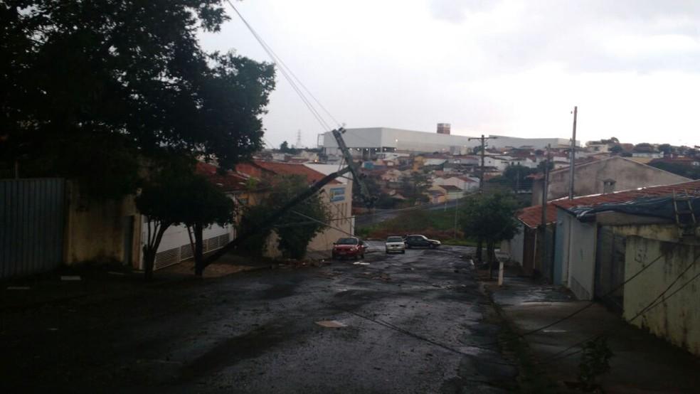 Postes ficaram pendurados com a força do vento em Marília (Foto: Prefeitura de Marília/Divulgação)
