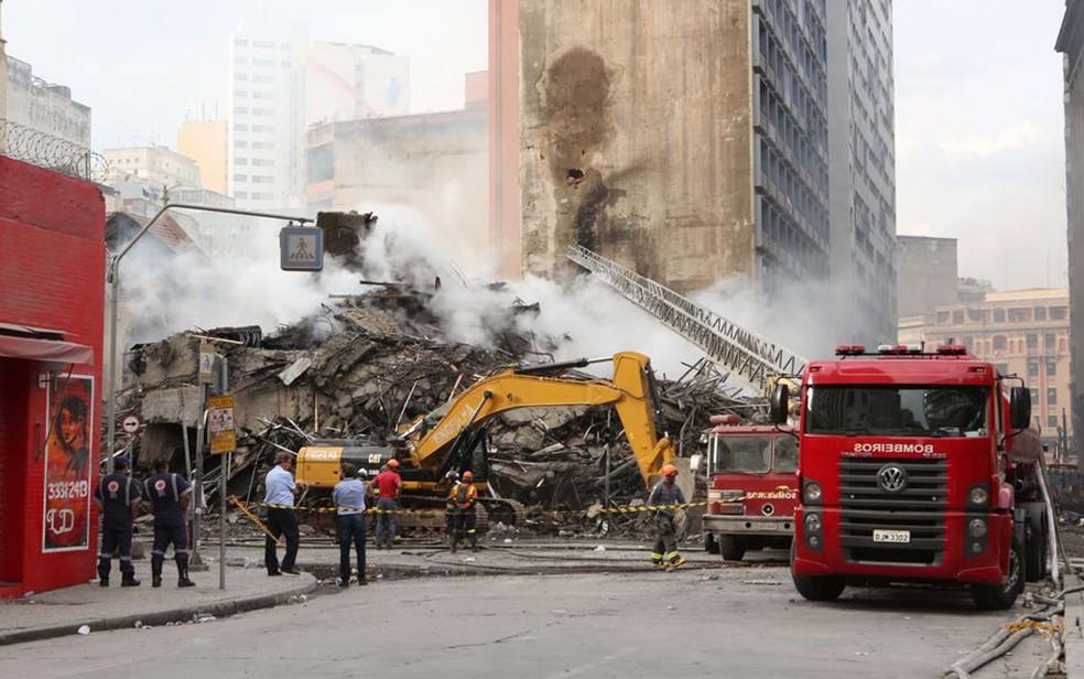 Bombeiros trabalham em área de prédio que desabou no Centro de SP (Foto: Celso Tavares/G1)