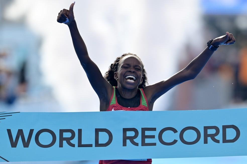 Peres Jepchirchir bateu seu próprio recorde mundial na meia maratona numa prova em que o ar puro foi a outra estrela — Foto: Adam Nurkiewicz/Getty Images