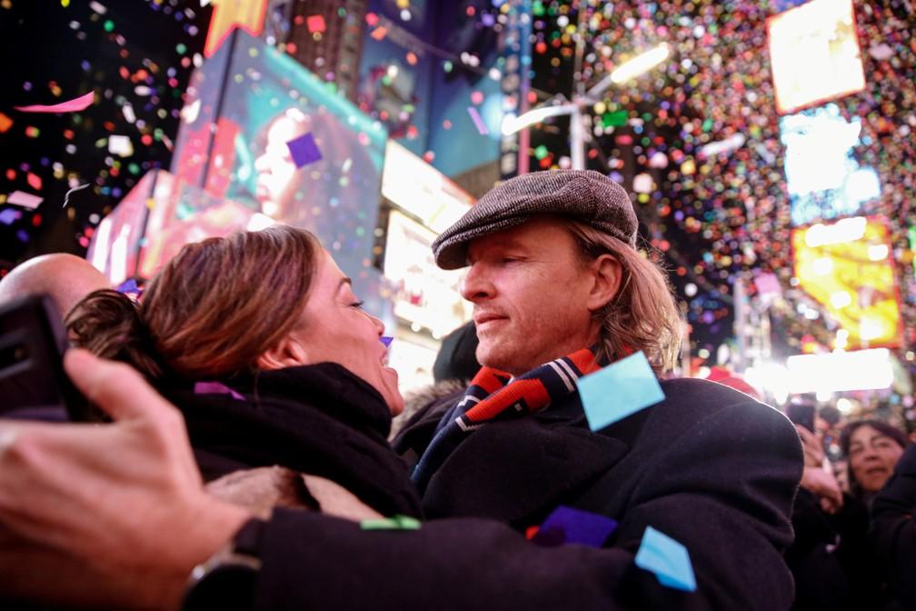 Casal se abraça e celebra em Nova York a chegada do Ano Novo — Foto: REUTERS/Amr Alfiky