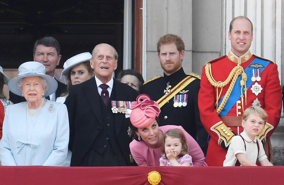 Rainha Elizabeth II, Príncipe Philip, Harry, William, Kate Midleton, Charlotte e George participam de celebração de aniversário da rainha (Foto: REUTERS/Toby Melville)