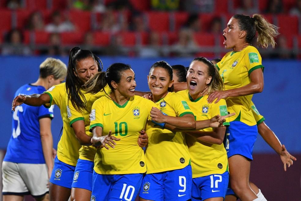 Marta celebra o gol que lhe rendeu o recorde — Foto: AFP