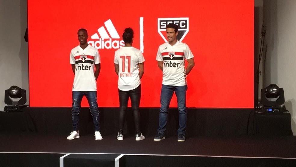 a5ed2d244c ... Hernanes e Cristiane apresentam nova camisa do São Paulo  numeração em  vermelho é